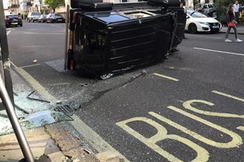 وقتی تویوتا پریوس یک دستگاه بنز G500 را در تصادف منهدم می کند! + فیلم