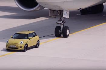 اولین مینی الکتریکی می تواند یک بوئینگ 777  را بکشد + فیلم - 8