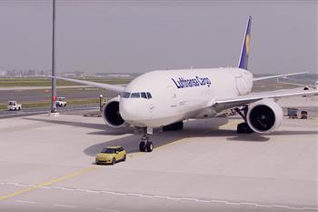 اولین مینی الکتریکی می تواند یک بوئینگ 777  را بکشد + فیلم - 6